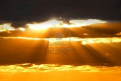737849-rayons-de-soleil--travers-les-nuages-au-coucher-du-soleil.jpg