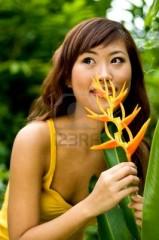 1805119-une-belle-jeune-femme-asiatique-sentir-une-fleur-dans-le-jardin.jpg